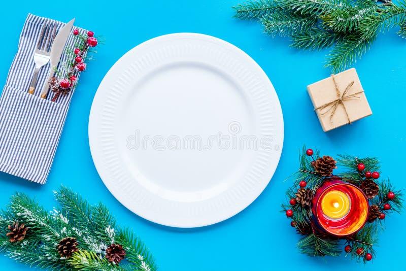 Χριστούγεννα και νέος εορτασμός έτους με το δέντρο δώρων και έλατου στην μπλε χλεύη άποψης επιτραπέζιου υποβάθρου τοπ επάνω στοκ εικόνα με δικαίωμα ελεύθερης χρήσης