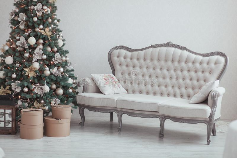Χριστούγεννα και νέο δέντρο παραμονής έτους Χειμερινό υπόβαθρο διακοπών Εσωτερικές λεπτομέρειες - καναπές, εκλεκτής ποιότητας δώρ στοκ εικόνες