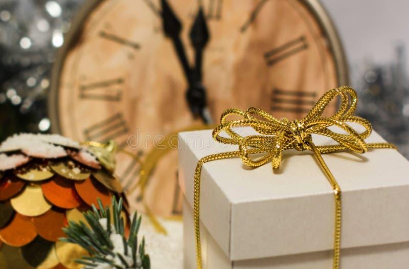 Χριστούγεννα και νέο εκλεκτής ποιότητας ρολόι έτους ` s που παρουσιάζουν πέντε στα μεσάνυχτα Εορταστικό βράδυ με το κιβώτιο δώρων στοκ φωτογραφίες