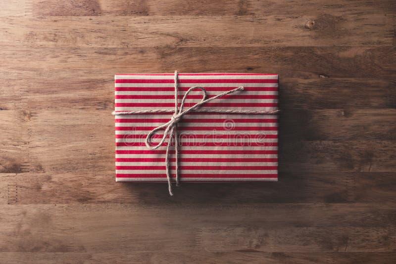Χριστούγεννα και νέο κιβώτιο δώρων διακοπών έτους στον ξύλινο πίνακα στοκ φωτογραφία