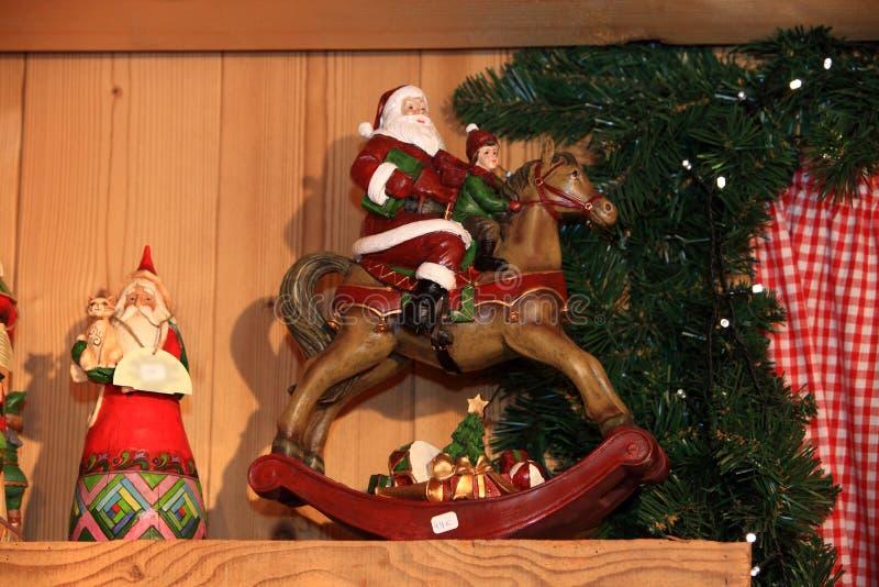 Χριστούγεννα και νέο παιχνίδι διακοσμήσεων έτους διακοσμητικό στο αναδρομικό ύφος στοκ φωτογραφία