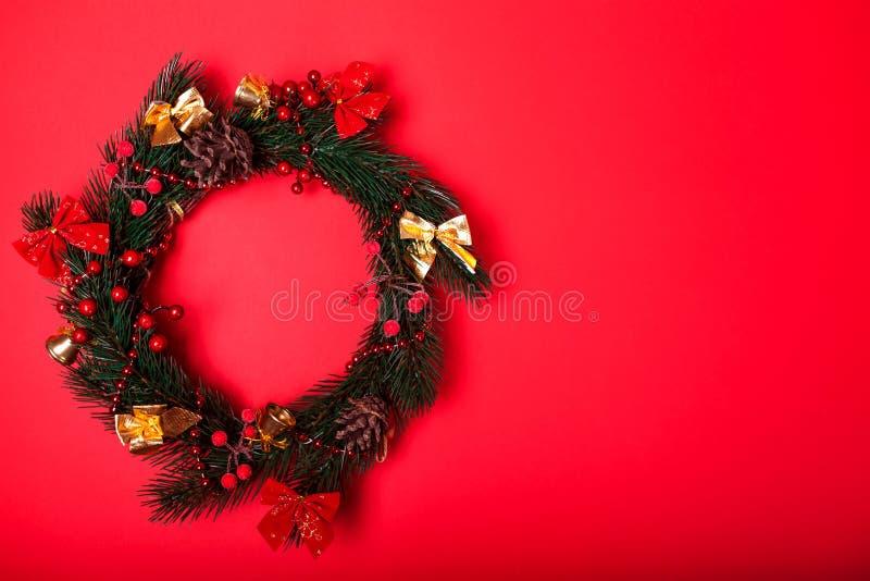 Χριστούγεννα και νέο στεφάνι έτους στο κόκκινο υπόβαθρο διάστημα στοκ εικόνες