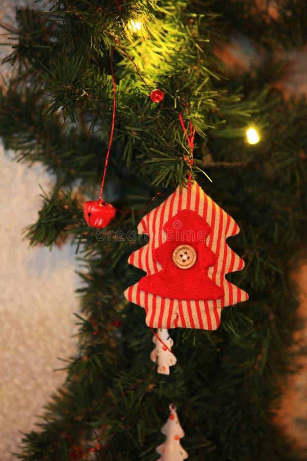 Χριστούγεννα και νέο χριστουγεννιάτικο δέντρο παιχνιδιών διακοσμήσεων έτους διακοσμητικό στο αναδρομικό ύφος στοκ εικόνες