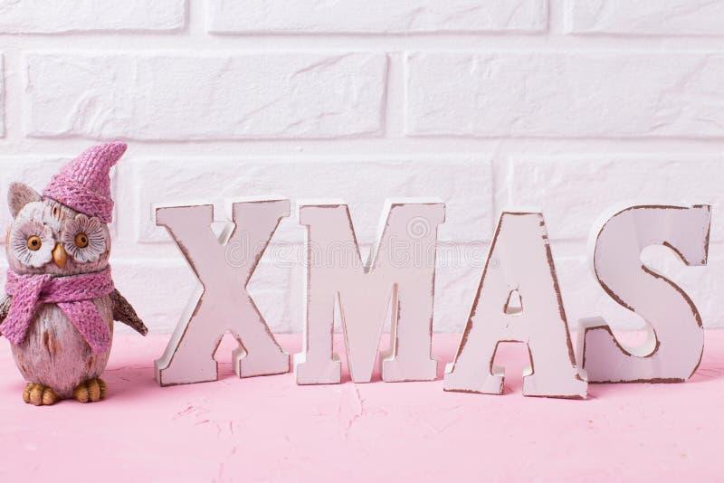 Χριστούγεννα λέξης που γίνονται από τις ξύλινες επιστολές και τη διακοσμητική κουκουβάγια παιχνιδιών στοκ εικόνες