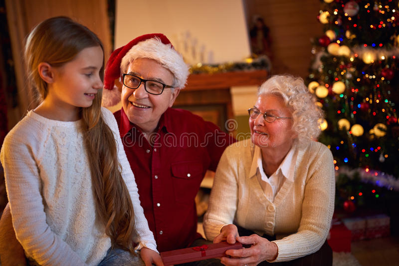 Χριστούγεννα - μαζί οικογένεια που δίνει τα δώρα τους στοκ εικόνες
