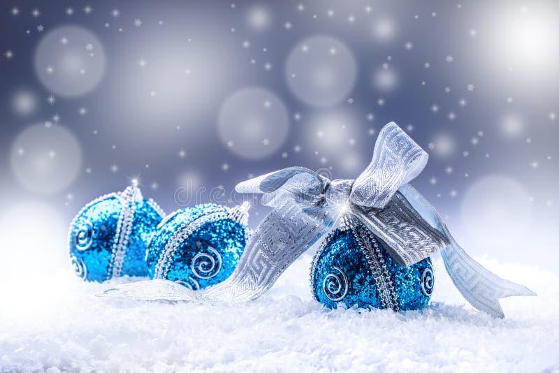 Χριστούγεννα Μπλε σφαίρες Χριστουγέννων και ασημένιο υπόβαθρο χιονιού κορδελλών διαστημικού αφηρημένο και στοκ εικόνα