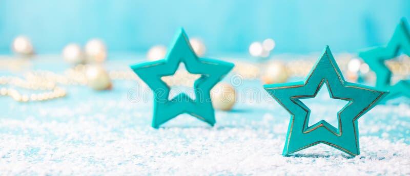 Χριστούγεννα, νέο μπλε υπόβαθρο έτους με το ξύλινο αστέρι και διακοσμήσεις χιονιού διάστημα αντιγράφων στοκ εικόνες με δικαίωμα ελεύθερης χρήσης