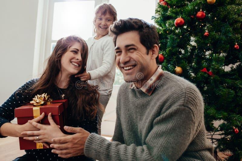 Χριστούγεννα οικογενειακού εορτασμού στο σπίτι στοκ φωτογραφίες