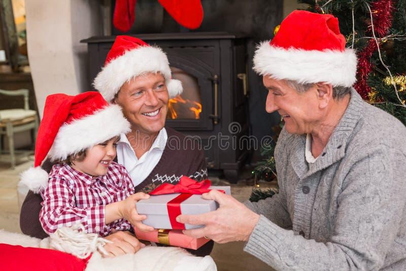 Χριστούγεννα οικογενειακού εορτασμού τριών γενεάς στοκ εικόνες