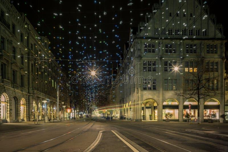 Χριστούγεννα που ψωνίζουν στη colorfully διακοσμημένη Ζυρίχη Bahnhofstr στοκ φωτογραφία