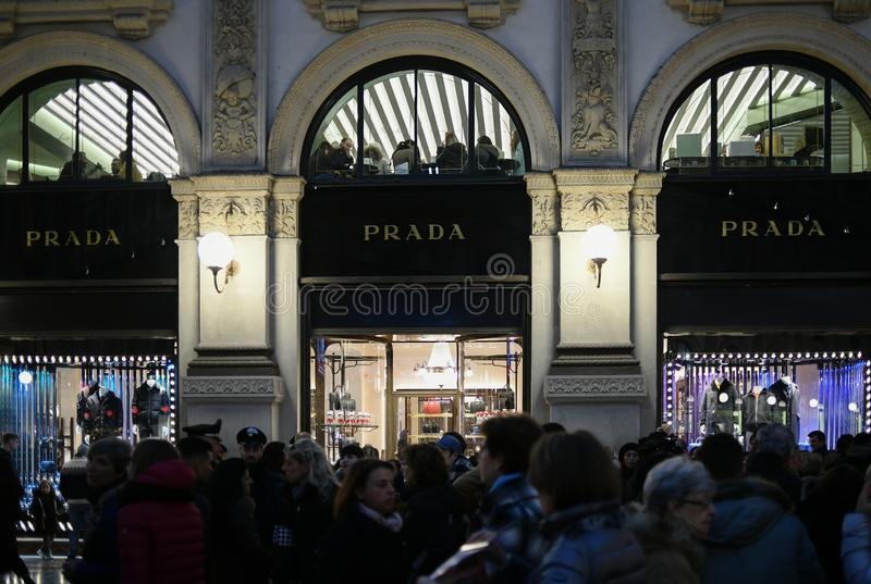 Χριστούγεννα που ψωνίζουν στο Μιλάνο, Ιταλία - οι προθήκες της μπουτίκ πολυτέλειας της PRADA αποθηκεύουν σε Galleria Vittorio Ema στοκ εικόνα