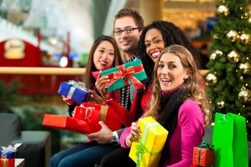 Χριστούγεννα που ψωνίζουν - φίλοι στη λεωφόρο στοκ φωτογραφία