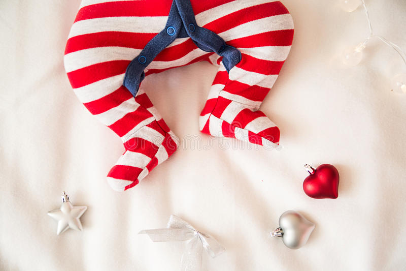 Download Χριστούγεννα ποδιών μωρών στοκ εικόνα. εικόνα από καυκάσιος - 62714141