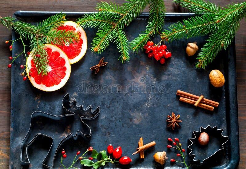 Χριστούγεννα σπιτικά Συστατικά για την κατασκευή των σπιτικών μπισκότων Χριστουγέννων στο μαύρο υπόβαθρο Εορτασμός και μαγείρεμα  στοκ φωτογραφίες με δικαίωμα ελεύθερης χρήσης