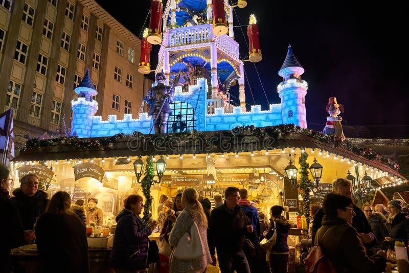 Χριστούγεννα 2016 στη Γερμανία, άνθρωποι στην αγορά στοκ φωτογραφίες