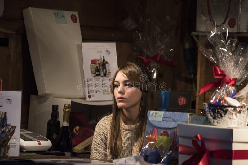 Χριστούγεννα στο Μιλάνο: λυπημένο κορίτσι στοκ εικόνα με δικαίωμα ελεύθερης χρήσης