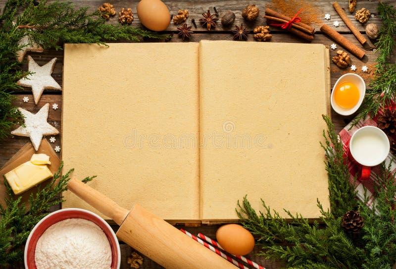 Χριστούγεννα - υπόβαθρο κέικ ψησίματος με τα συστατικά ζύμης στοκ εικόνα