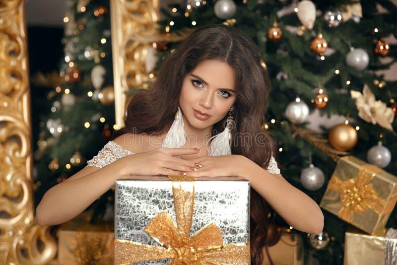 Χριστούγεννα Όμορφο χαμόγελου κιβώτιο δώρων γυναικών παρόν μόδα INT στοκ εικόνες με δικαίωμα ελεύθερης χρήσης