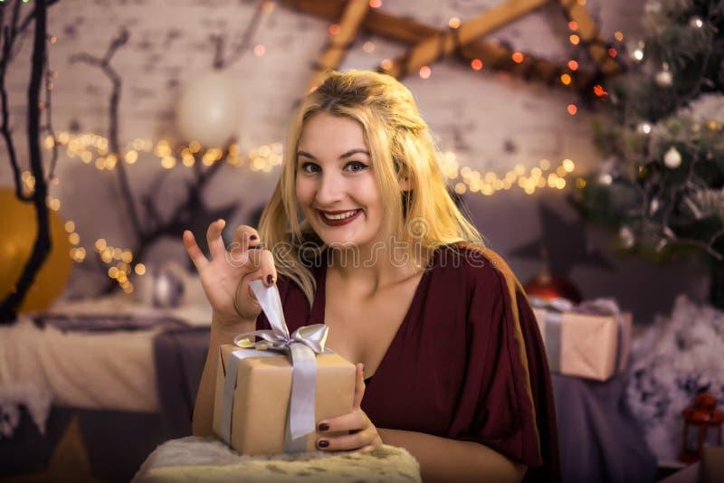 Χριστούγεννα Όμορφο χαμόγελου κιβώτιο δώρων γυναικών παρόν στοκ εικόνες