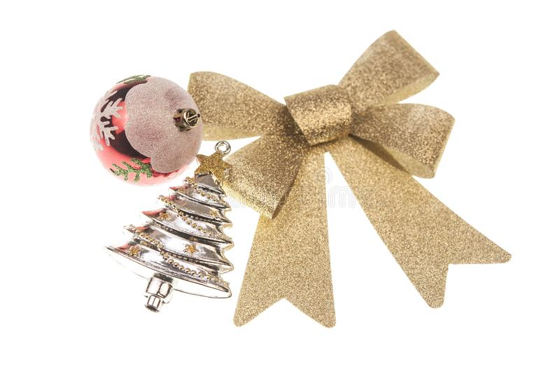 Χριστούγεννα balsl με το χρυσό τόξο κορδελλών στο άσπρο υπόβαθρο στοκ φωτογραφία