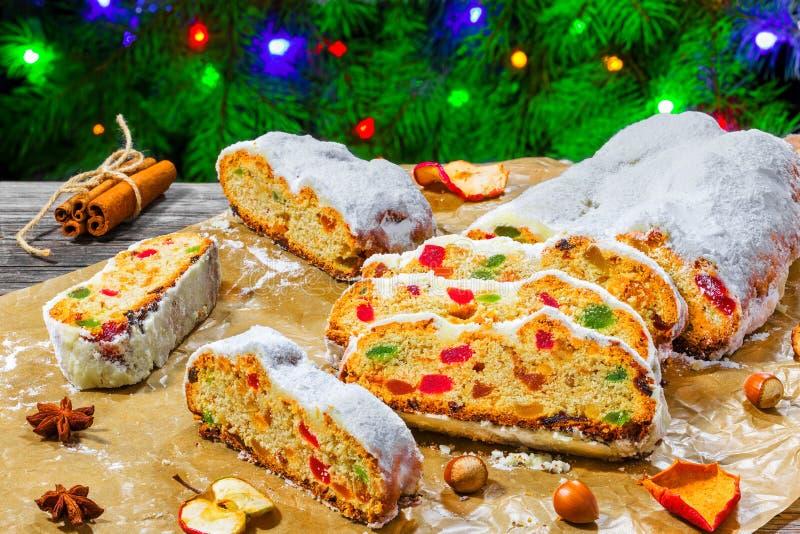 Χριστούγεννα Stollen, παραδοσιακό γερμανικό κέικ Χριστουγέννων με ξηρό στοκ φωτογραφία με δικαίωμα ελεύθερης χρήσης