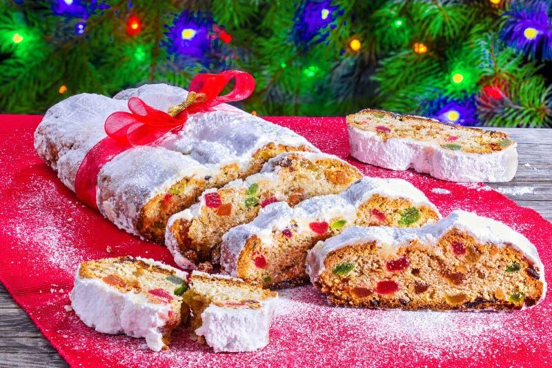 Χριστούγεννα Stollen, παραδοσιακό γερμανικό κέικ Χριστουγέννων με ξηρό στοκ εικόνα με δικαίωμα ελεύθερης χρήσης