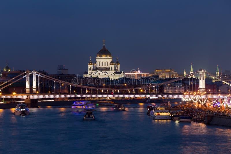 Χριστός ο καθεδρικός ναός Savior, ο ποταμός Moskva και το μπλε λυκόφως βραδιού Krymean bridgein στη Μόσχα στοκ φωτογραφία με δικαίωμα ελεύθερης χρήσης