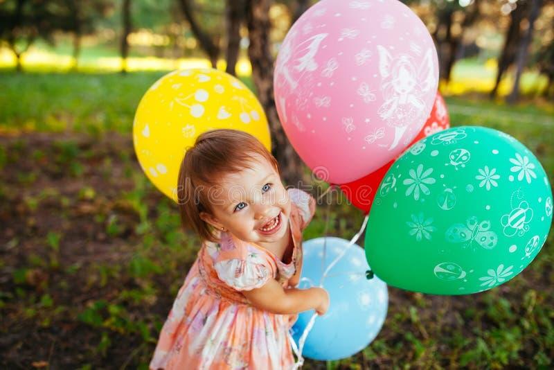 2-3χρονα μπαλόνια εκμετάλλευσης κοριτσάκι υπαίθρια r o Ευτυχία στοκ εικόνα με δικαίωμα ελεύθερης χρήσης