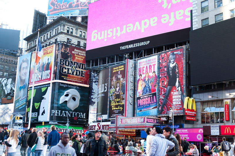 Χρονικά τετράγωνα - πίνακες διαφημίσεων και τουρίστας στοκ εικόνες με δικαίωμα ελεύθερης χρήσης