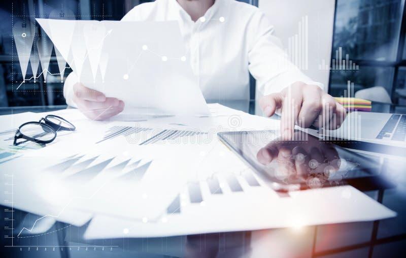 Χρονική διαδικασία διοικητικής εργασίας πωλήσεων Λειτουργώντας έγγραφα εκθέσεων αγοράς εμπόρων φωτογραφιών σχετικά με την ταμπλέτ στοκ εικόνα