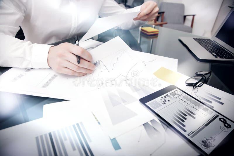 Χρονική διαδικασία διοικητικής εργασίας πωλήσεων Λειτουργώντας έγγραφα εκθέσεων αγοράς τραπεζιτών φωτογραφιών σχετικά με την ταμπ στοκ εικόνα