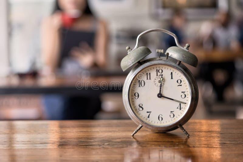 Χρονική πρόσφατη έννοια, γυναίκα που περιμένει κάποιο που αργά στο εστιατόριο στοκ φωτογραφίες