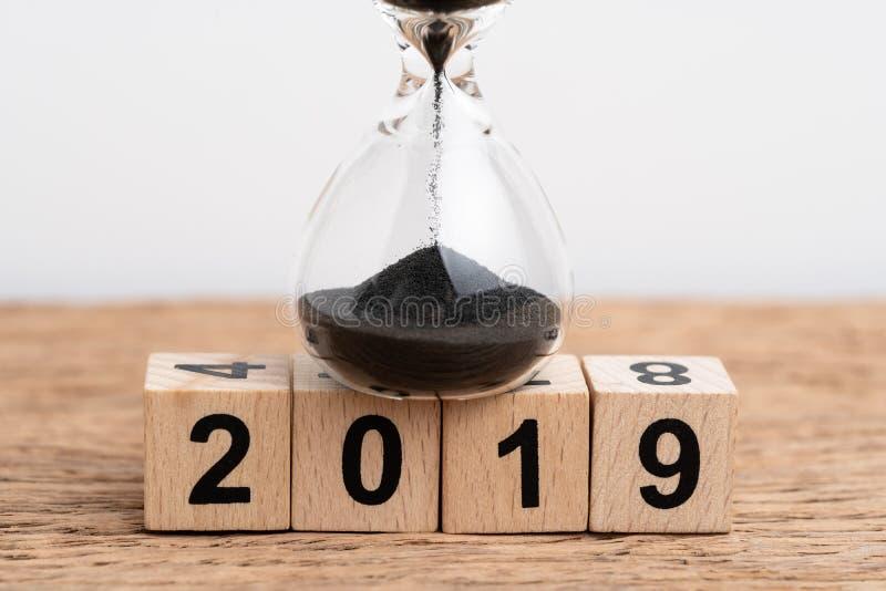 Χρονικό τρέξιμο έτους 2019 ή έννοια αντίστροφης μέτρησης, που κλείνουν επάνω της άμμου δ στοκ εικόνες