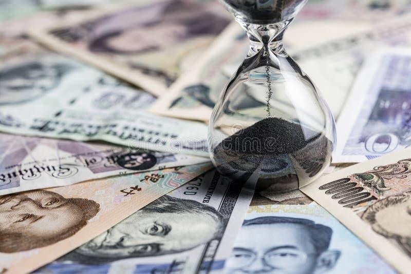 Χρονικό τρέξιμο ή μακροπρόθεσμη έννοια επένδυσης με τα sandglass ή το χ στοκ εικόνες