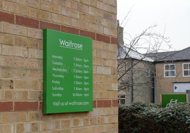 Χρονοδιάγραμμα που βλέπει στην είσοδο σε μια γνωστή, βρετανική λιανική αλυσίδα στοκ εικόνες