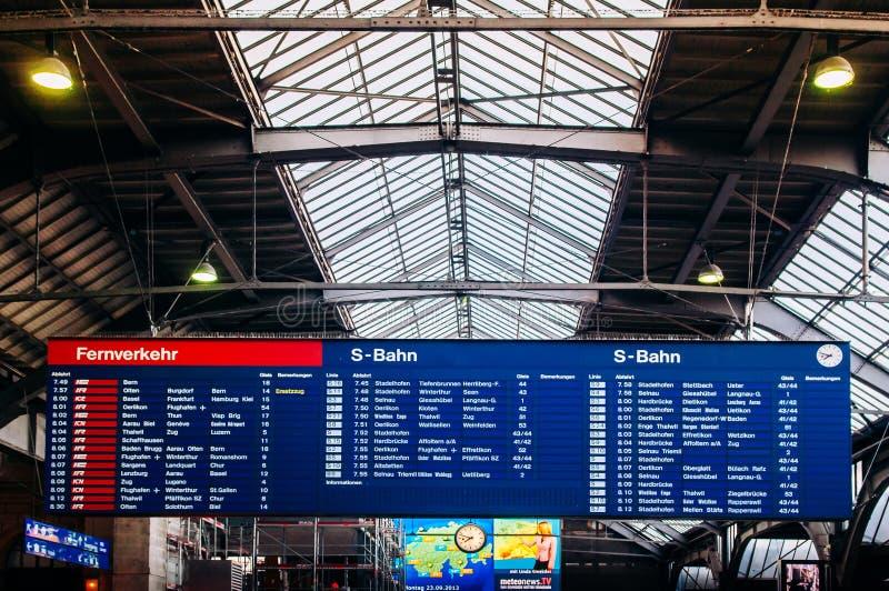 Χρονοδιάγραμμα προορισμών στην πλατφόρμα σταθμών HB της Ζυρίχης, Ελβετία στοκ εικόνες