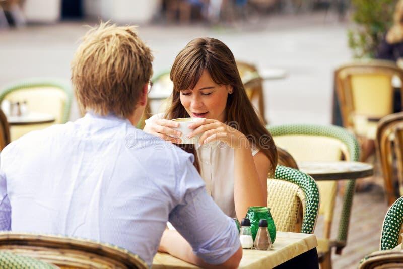 Χρονολογώντας το ζεύγος μαζί σε έναν παρισινό καφέ οδών στοκ εικόνες