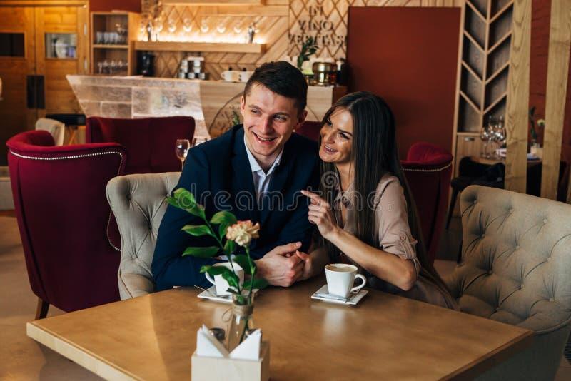 Χρονολόγηση στον καφέ Όμορφη νέα συνεδρίαση ζευγών στον καφέ, αγάπη καφέ κατανάλωσης, χρονολόγηση στοκ φωτογραφία