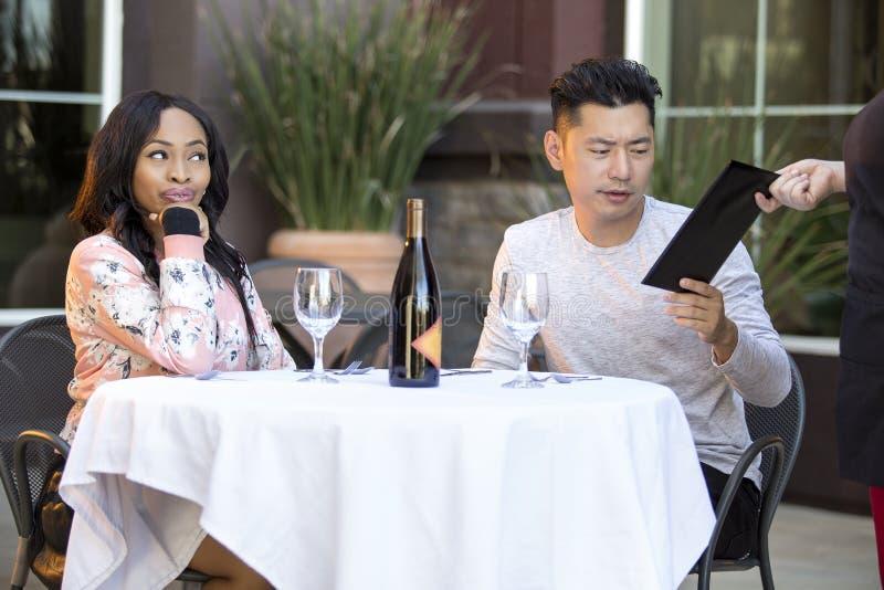 Χρονολόγηση του ζεύγους που πληρώνει σε ένα εστιατόριο στοκ φωτογραφία με δικαίωμα ελεύθερης χρήσης