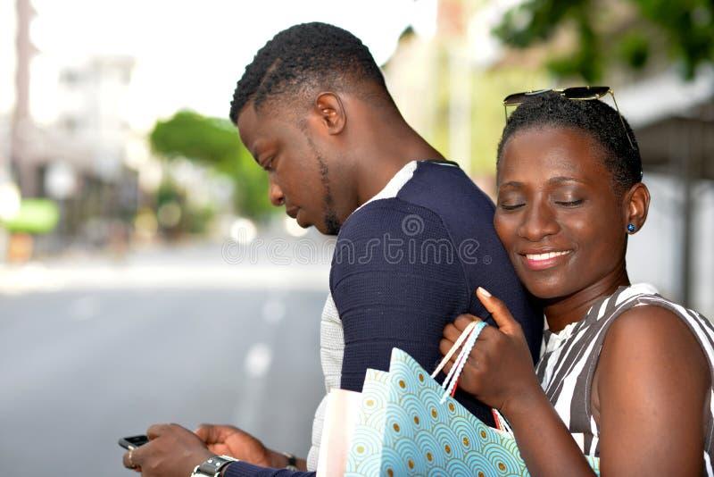 Χρονολόγηση του νέου ζεύγους μετά από αγορές στοκ εικόνα με δικαίωμα ελεύθερης χρήσης