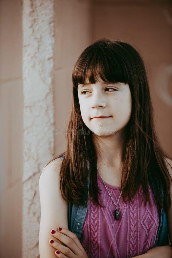 10χρονο κορίτσι που κοιτάζει μακριά στοκ φωτογραφίες