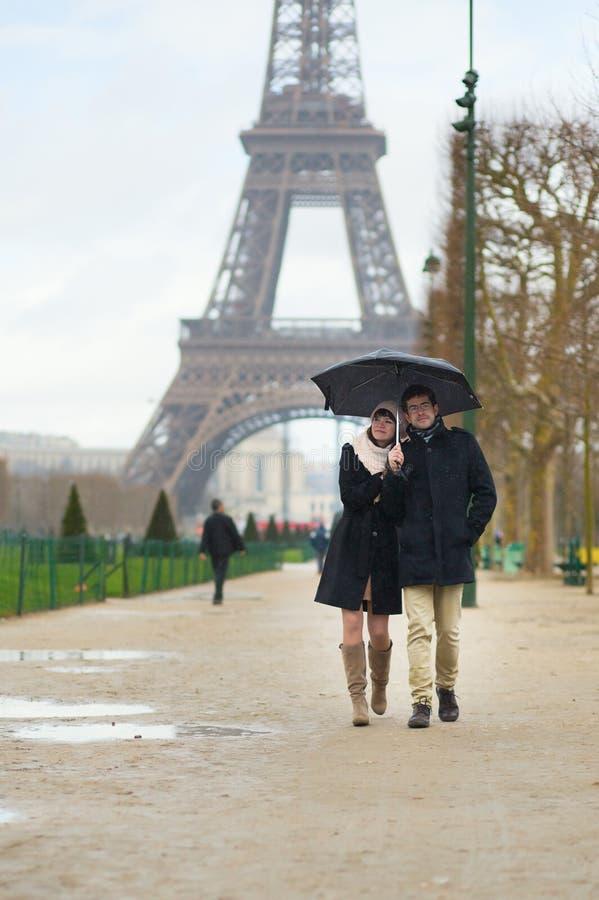 Χρονολόγηση του ζεύγους κάτω από τη βροχή στοκ εικόνες με δικαίωμα ελεύθερης χρήσης