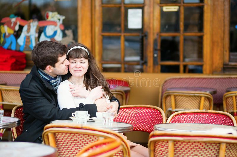 Χρονολόγηση του φιλήματος ζευγών σε έναν καφέ στοκ εικόνα
