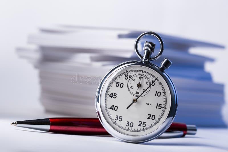 Χρονόμετρο με διακόπτη και πέννα στοκ φωτογραφία
