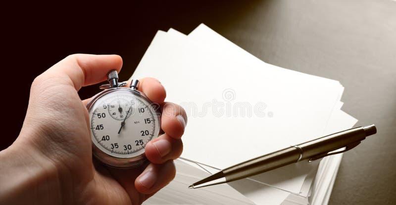 Χρονόμετρο με διακόπτη και μάνδρα εκμετάλλευσης χεριών στοκ φωτογραφίες