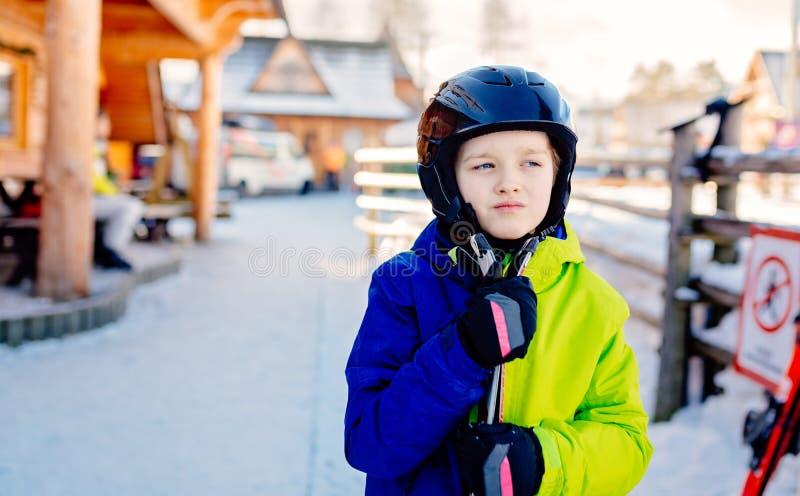 Χρονών αγόρι οκτώ στο κράνος στην κλίση σκι στοκ εικόνα