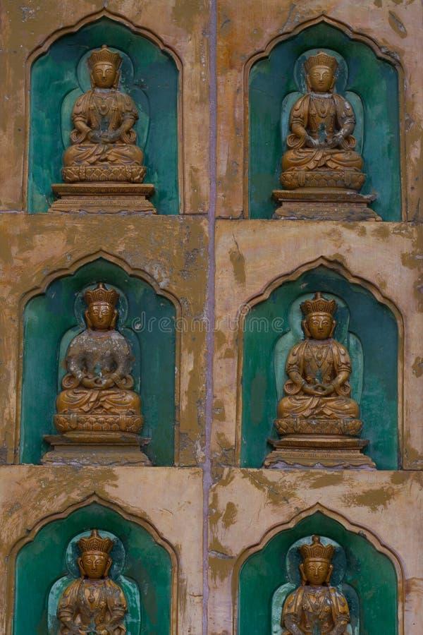 Χρυσά αγάλματα του Βούδα κατά μήκος του τοίχου στο εσωτερικό του Linh στοκ φωτογραφία με δικαίωμα ελεύθερης χρήσης