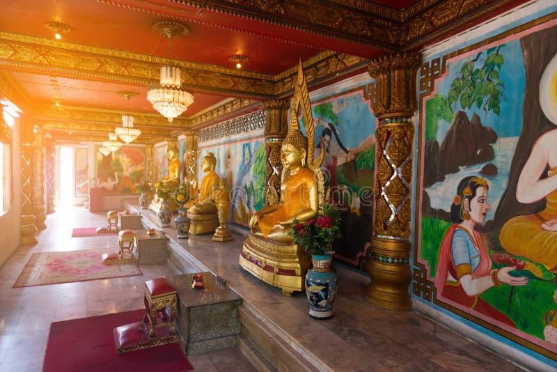 Χρυσά αγάλματα του Βούδα μέσα στον κινεζικό ναό στοκ εικόνες