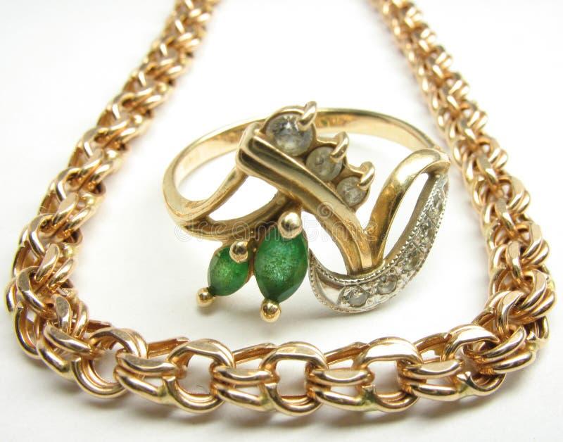 Χρυσά αλυσίδα και δαχτυλίδι στοκ φωτογραφίες με δικαίωμα ελεύθερης χρήσης