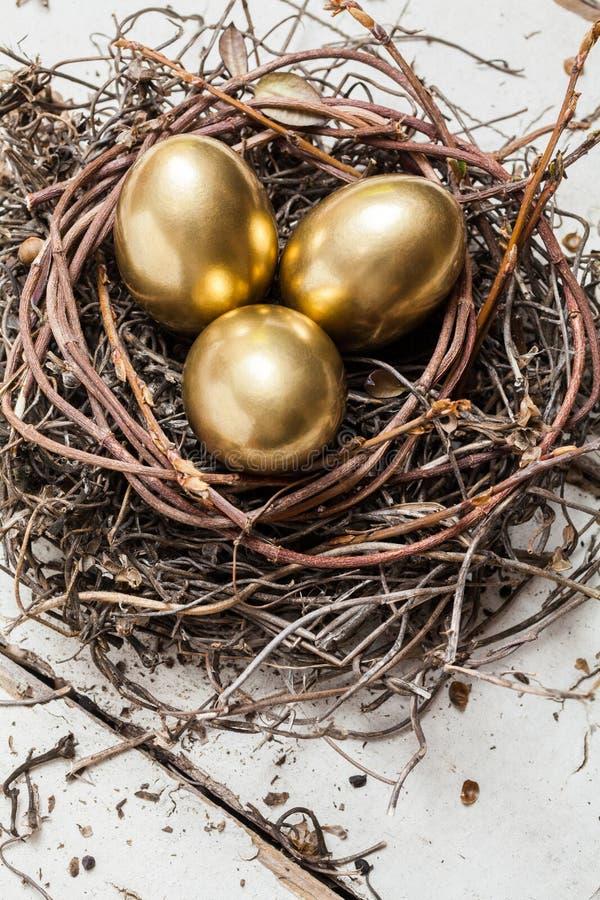 Χρυσά αυγά στη φωλιά στοκ φωτογραφία με δικαίωμα ελεύθερης χρήσης